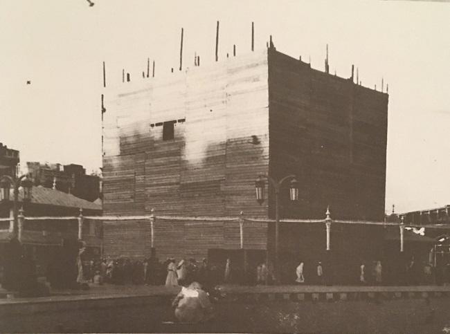 الستار الخشبي الذي أقيم حول الكعبة قبل بدء عملية الترميم عام 1377هـ/1958م