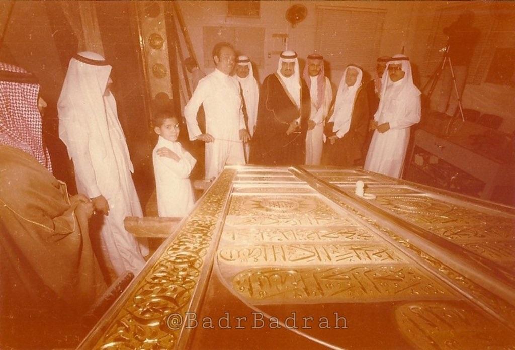 المهندس السوري منير الجندي يعرض على الأمير فهد حينها الشكل النهائي لباب الكعبة