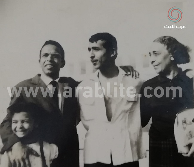 ميمو رمسيس قبل وفاته بفترة قصيرة، وإلى جواره والدته وشقيقه فوزي وابنة شقيقته رتيبة